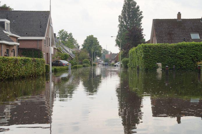 Op veel plaatsen in Nieuwkuijk en Vlijmen staan staten blank door de hevige noodweer.