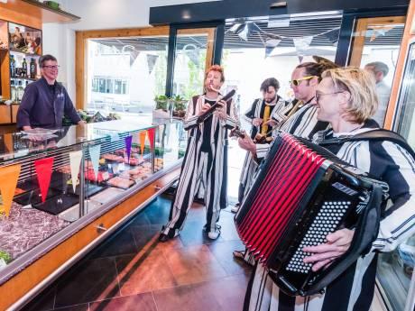 Zeister slager Wim Kok lanceert speciale worstjes bij voorstellingen Ashton Brothers