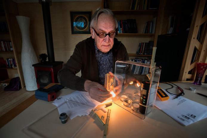 Peter Coppes met een model van een Nefit-ketel.