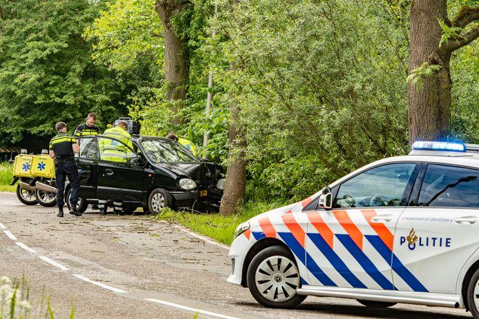 De voorkant van de auto lag flink in de prak door de botsing tegen een boom bij Fort Blauwkapel in Utrecht.