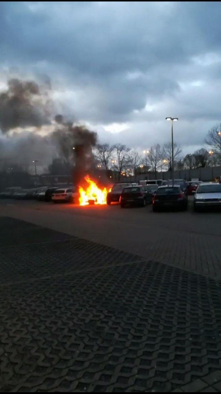 De brand begon bij een Kia Venga van een medestudent.