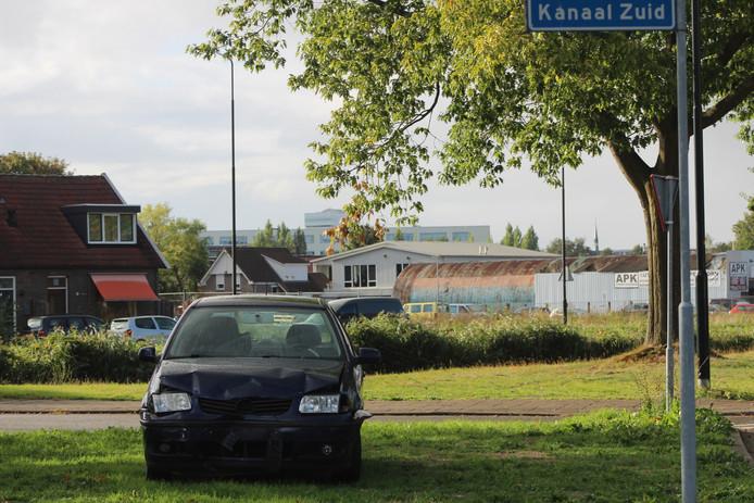 Deze auto is te water geraakt in een bocht van de Matenpoort in Apeldoorn.
