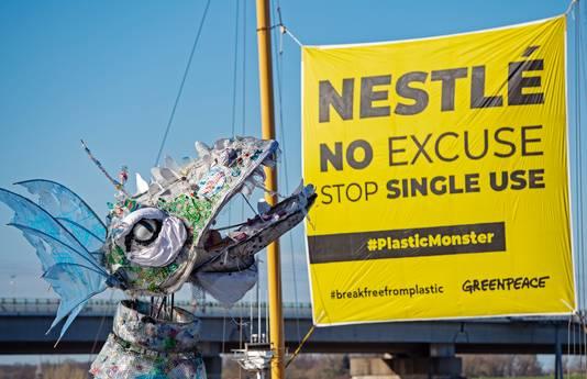 Het 'plasticmonster' dat door Greenpeace per schip naar Nestlé in Zwitserland wordt gebracht.