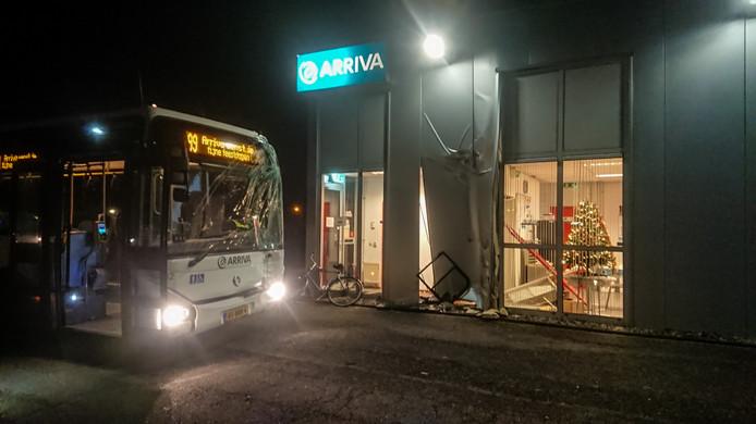 Een stadsbus van Arriva is daar tegen de gevel van het gebouw van Arriva gebotst.