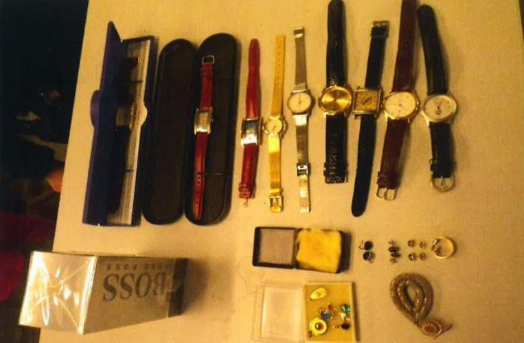 Onder andere horloges, verschillende juwelen en parfum werden in een gestolen voertuig teruggevonden.