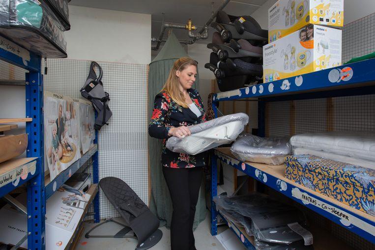 Julie Munneke in het magazijn van haar bedrijf waar je baby-spullen kunt leasen.  Beeld Maartje Geels