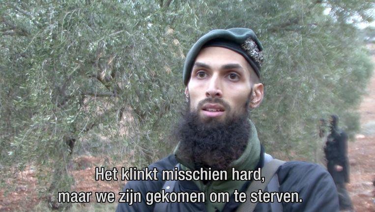 Een screenshot uit het tv-programma Nieuwsuur van NOS-NTR. De Nederlandse oud-militair Yilmaz geeft in Syrie onder meer trainingen aan tegenstanders van het regime van president Bashar al-Assad. Beeld ANP Communique