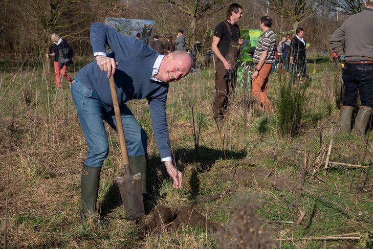 Oud Gouverneur Jan Briers kwam mee bomen planten in Zwijnaarde.