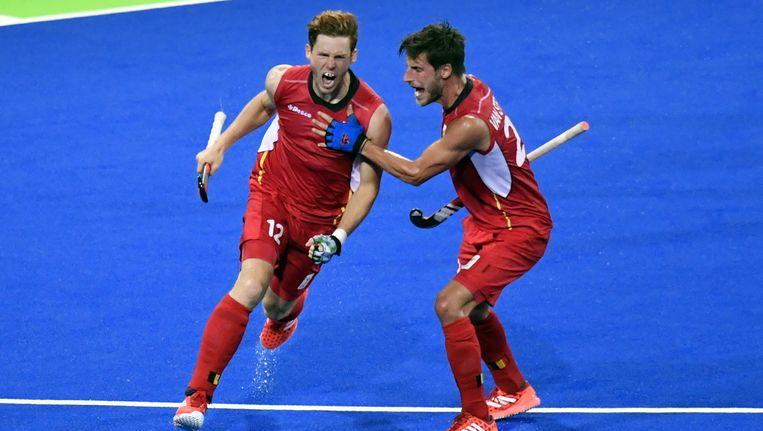 Boccard heeft in de met 3-2 verloren olympische finale tegen Argentinië net gescoord en wordt gefeliciteerd door Van Strydonck (r).