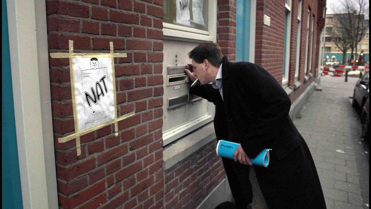 Een gerechtsdeurwaarder in Rotterdam. Beeld Joost van den Broek / de Volkskrant
