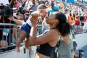 Allyson Felix knuffelt dochter Camryn na haar return op de baan eind juli.