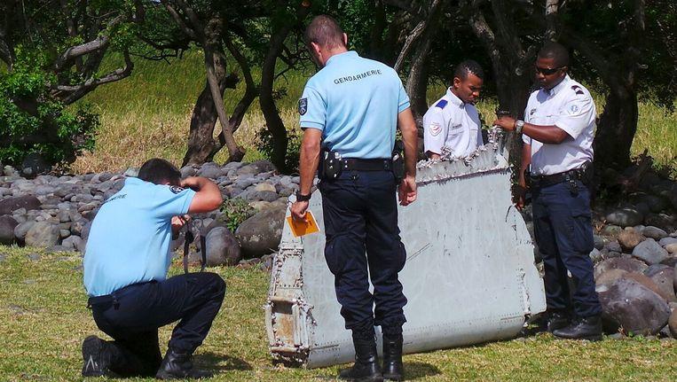 Franse agenten onderzoeken het brokstuk dat eergisteren werd gevonden.
