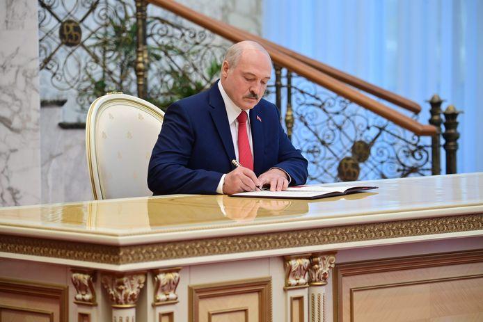 De Wit-Russische president Aleksandr Loekasjenko op zijn geheime eedaflegging.