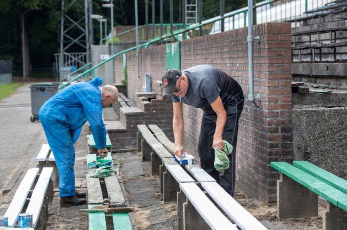 In het verleden werden de oude banken van het stadion al van een nieuw likje verf voorzien.