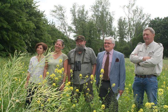 Van links naar rechts: Krista Boven en Ilse Plessers van het Regionaal Landschap Lage Kempen, Michel Aerts van Wildbeheereenheid De Grote Beek, gedeputeerde Bert Lambrechts en jager-imker Theo Jansen.