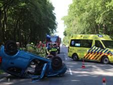 Auto slaat over de kop op Apeldoornsestraat in Voorthuizen