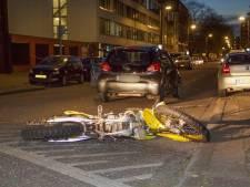 Motorcrosser zonder helm vlucht als hij politiewagen ziet en knalt op auto