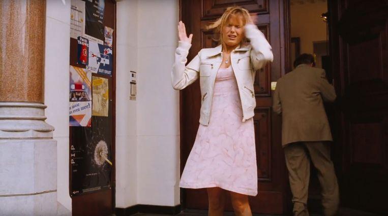 Hanna Verboom als Eva, slaat zichzelf op het hoofd vanwege een dwangstoornis, nadat haar oom heeft geniest. Beeld RV