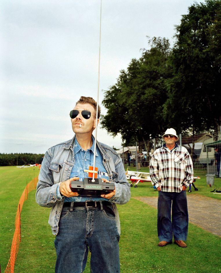 Piloot Rene Boerlage (l) aan het werk op de Fly Inn in Odoornerveen. Voor de Volkskrant Magazine-rubriek #heerlijkgenieten, 2008.  Beeld null