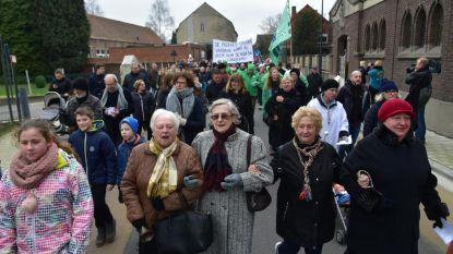 200 mensen stappen door dorp tegen sluiting basisschool