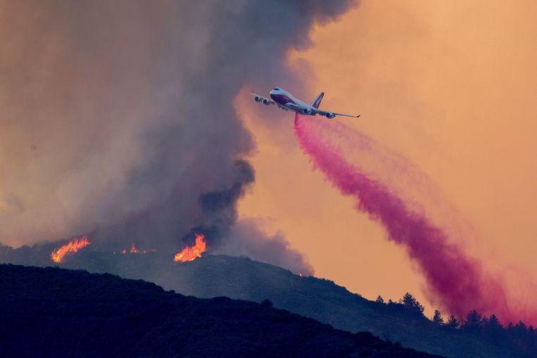 De Boeing 747 Global Supertanker bij een eerdere bosbrand in Californië in augustus dit jaar.