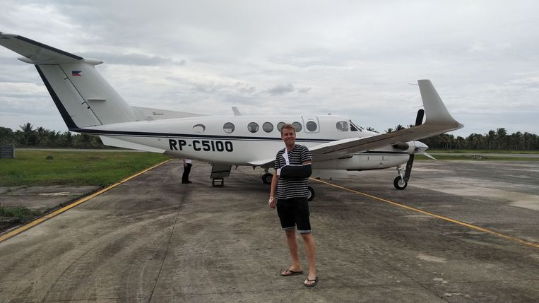 Sven Gundelach voor het privévliegtuig. Beeld
