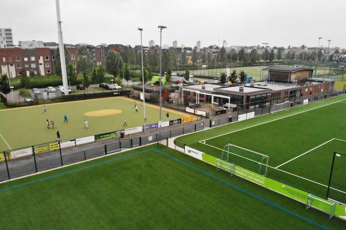 De gemeente kiest voor een nieuwe sporthal zo ver mogelijk van de bebouwing van de Veemarktwijk. De hal komt langs de A27. Hercules is niet blij dat het pand op het terrein van buurclub Sporting '70 komt (op voorgrond, veld met de blauwe lijnen)