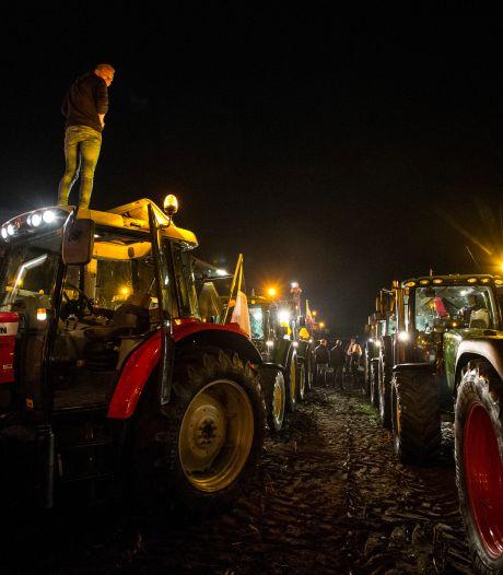 Boeren opgeroepen om 'spierballen' te laten zien: actie met trekkers langs opritten snelwegen