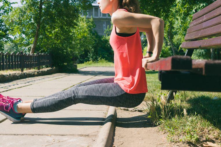 Wil je graag je bovenarmen wat strakker, maar heb je geen tijd voor een intensieve workout? Dat is niet erg, want intensief sporten is helemaal niet nodig, heeft een wetenschappelijke studie in het British Journal of Sports Medicine aangetoond. In deze training van slechts 7 minuten laat personal trainer Laura Van den Broeck zien hoe je zwabberende armen binnen de kortste tijd weer strak maakt. Een stoel en een gewicht (of fles water) is alles wat je nodig hebt.
