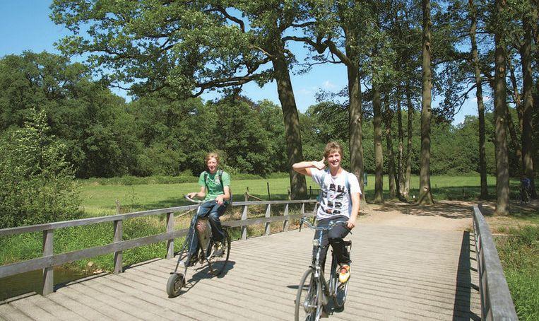 In Borculo fiets je over bruggetjes over rivier de Berkel.