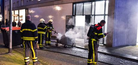 Bewoners verlaten tijdelijk hun woning door brand onder flat in Tilburg