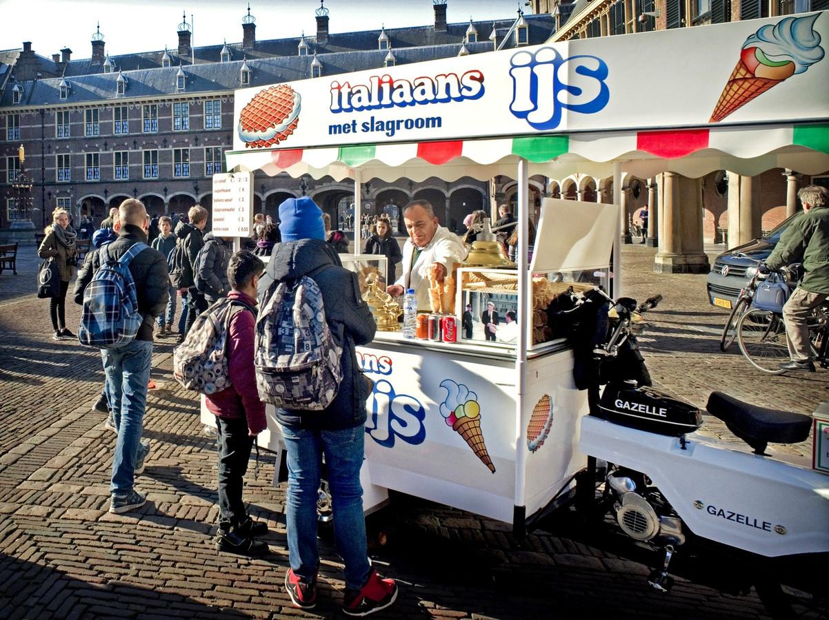 De ijscoman op het Binnenhof krijgt het na de renovatie waarschijnlijk drukker.