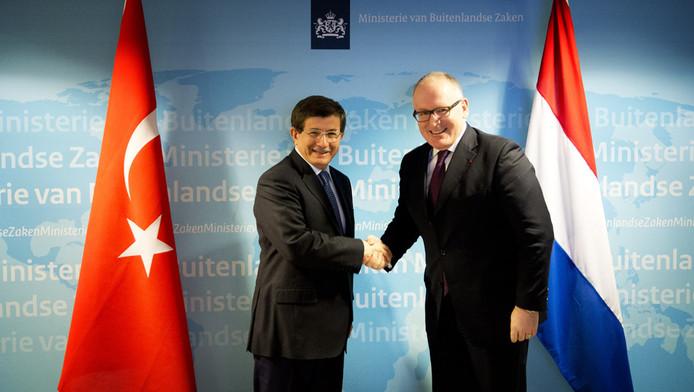 Minister Timmermans (r) ontmoet zijn Turkse collega Davutoglu op 21 maart