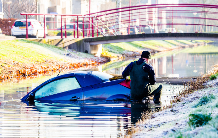 Vanochtend raakte een auto te water aan de Poortlaan in Oud-Beijerland.