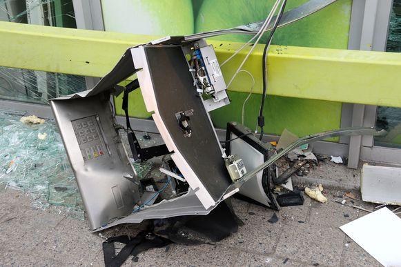 De geldautomaat werd compleet vernield.