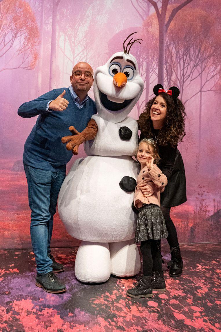 Voor de live-uitzending gaan Sven Ornelis, Anke Buckinx en haar dochter Lou op de foto met Olaf. De sneeuwpop speelt de hoofdrol tijdens 'Frozen Celebration' in Disneyland Paris.