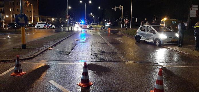 Op de kruising Ootmarsumsestraat - Sluitersveldsingel botsten twee auto's tegen elkaar.