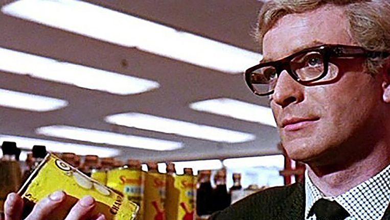 acteur Michael Caine in The Ipcress File, waarvoor Ken Adam de sets ontwierp. Beeld