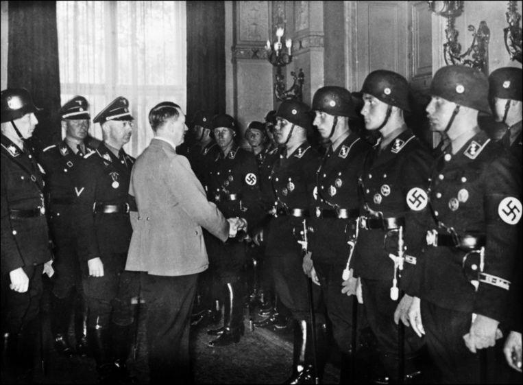 Hitler schudt de handen van SS'ers Beeld ANP