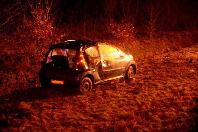 De auto belandde naast het talud in de sloot. foto Alexander Vingerhoeds
