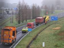 Vrachtwagen vol zand heeft pech bij Rijswijk: afrit 11 dicht