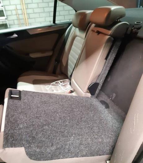 Bekende van de politie van de weg gehaald in Roosendaal; verborgen ruimte in auto gevonden