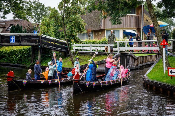 De regen mocht de pret vanmorgen niet drukken toen de kinderen uit Giethoorn op weg gingen naar de dertigste editie van het Kindereiland