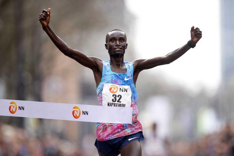 Kenneth Kipkemoi uit Kenia wint de 38ste Marathon van Rotterdam. Hij deed 2 uur, 5 minuten en 44 seconden over de 42,195 kilometer. Beeld ANP