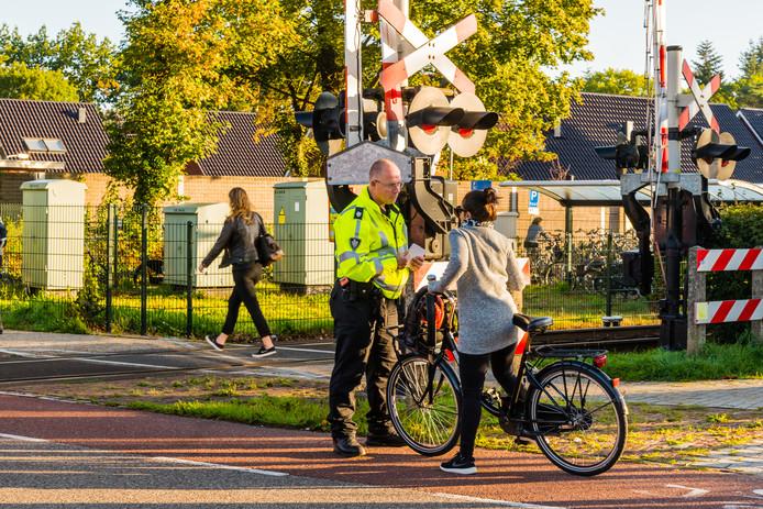 ProRail voert actie bij de spoorwegovergang in Den Dolder om te wijzen op de gevaren van te vroeg oversteken.