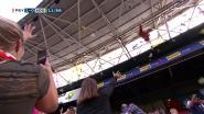 Zieke kinderen krijgen hartverwarmende knuffelregen in voetbalstadion
