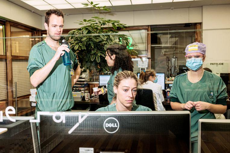 Artsen in het AMC achter een plexiglas. Beeld Jakob van Vliet