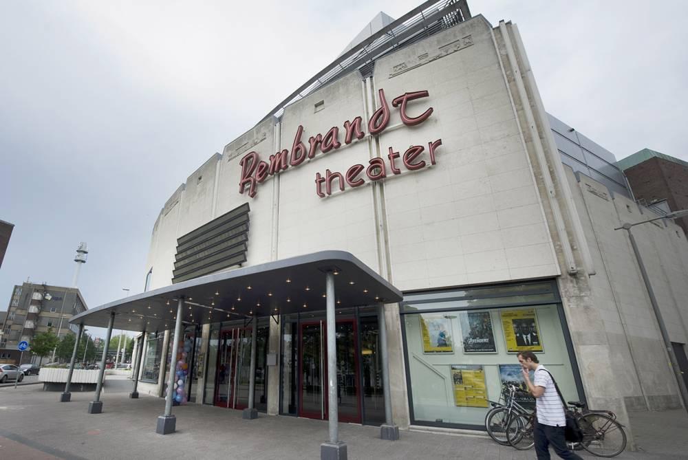 De ingang van het voormalige Rembrandt Theater in Arnhem.