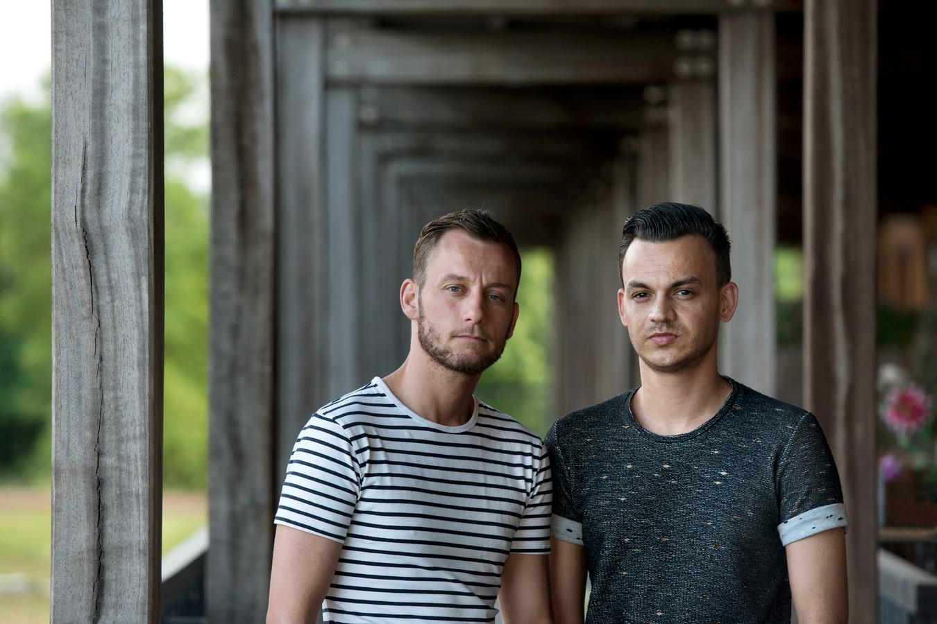 Vier tieners die worden verdacht van de mishandeling van het echtpaar Jasper (l) en Ronnie Sewratan, vorig jaar april, staan vandaag voor de rechter
