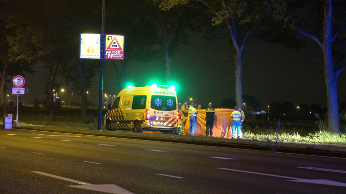 Het dodelijke ongeval gebeurde iets voor 23.20 uur op het kruispunt van de Westtangent met de Abe Bonnemaweg, toen werd een 15 jarige meisje aangereden door een personenauto.